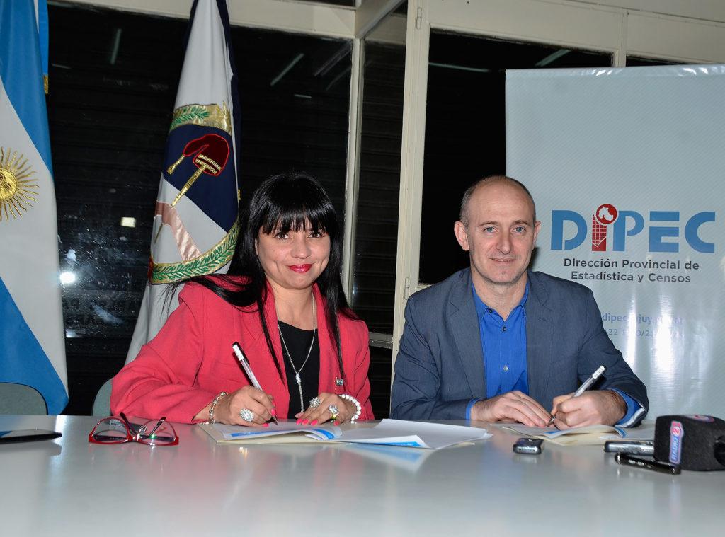 Ana Juarez Orieta directora de DIPEC y Sebastian Waisgrais Representante de UNICEF firman convenio para determinar el indice de pobreza multidimencional en la niñez.